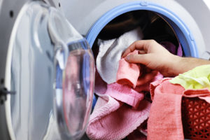 put clothes in washer